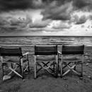 02_Tre sedie in riva al mare